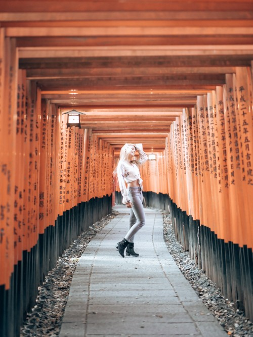 japan_kyoto_blonde_woman_on_path_in_fushimi_inari_shrine-scopio-8ef9ea7a-5303-45f4-b963-c301061cf7f2f367a13a38ed5209.jpg