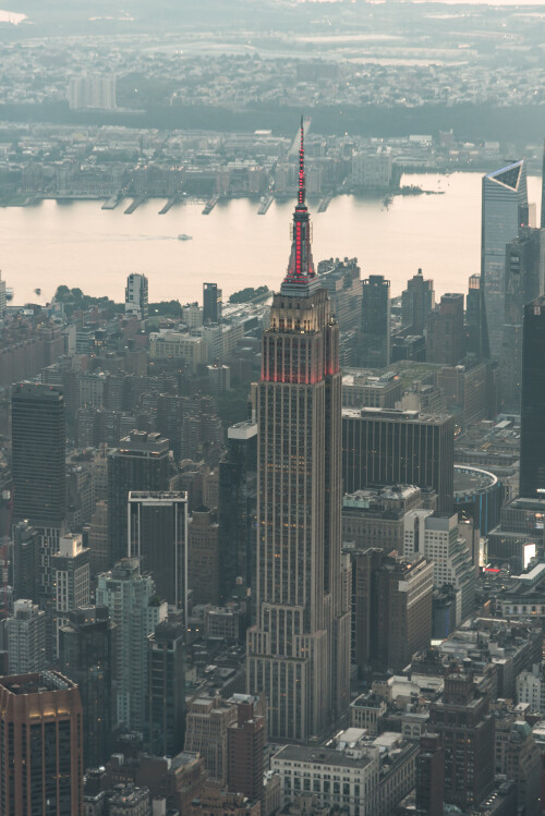 a_photo_of_the_empire_state_building_in_new_york-scopio-11bb38d2-7796-4ee2-b813-9a8db1e97e27a49a1f302c6766ed.jpg